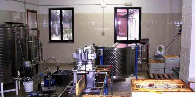 Laboratorio di smielatura provvisto di smielatore, disopercolatrice, maturatore, pompa di aspirazione